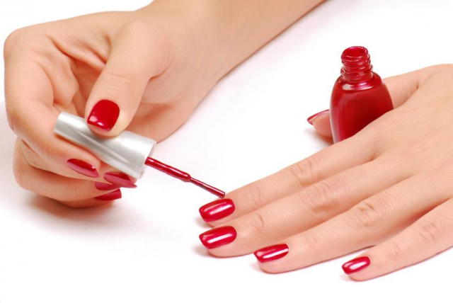 Aprende cómo quitar las manchas del esmalte de uñas en la ropa